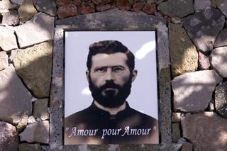 Portrait du Père Julien Boiteau sur sa tombe.