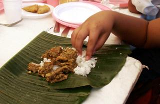 Cabri massalé servi dans des feuilles de bananier
