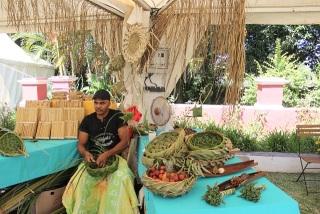 Tressage des feuilles de cocotier. Artisanat créole.