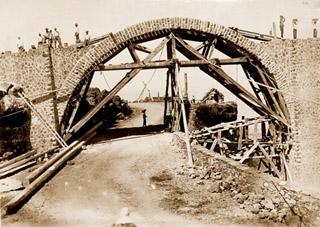 Construction d'une arche viaduc de La Grande Ravine