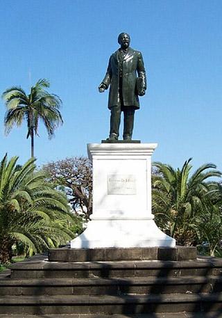 Statue de François Césaire de Mahy place hôtel de ville de Saint-Pierre