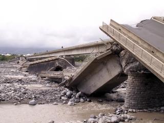 Cyclone Gamède février 2007 Pont de La Rivière Saint-Etienne.
