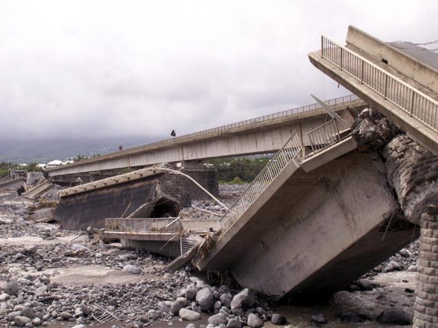 Cyclone Gamède février 2007 Pont de La Rivière Saint-Etienne. La Réunion