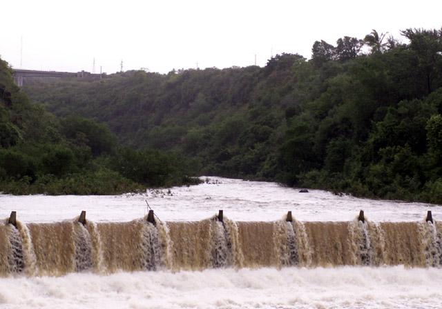 Radier de La Rivière d'abord pendant le passage du cyclone Gamède février 2007