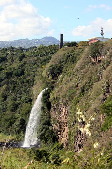 Sentier La Corde. Vue sur cascade, centrale EDF et cheminée de Mahavel
