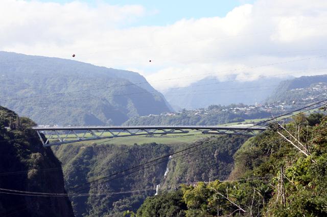 Sentier La Corde. Vue sur le pont du Bras de La Plaine