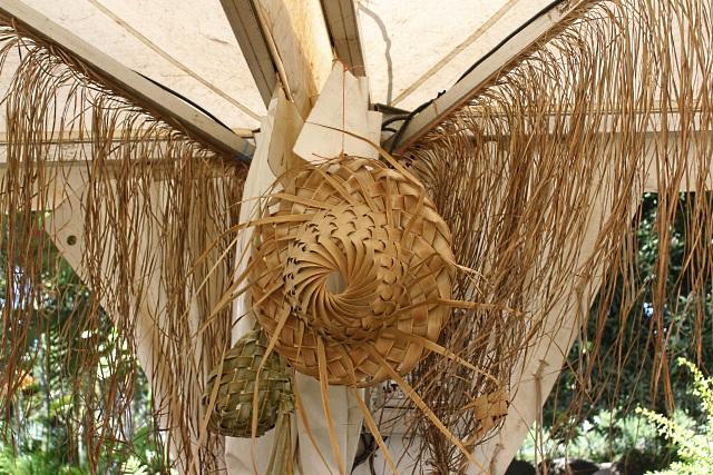 Tressage des feuilles de cocotier. Artisanat de La Réunion.
