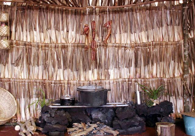 Reconstitution d'un boucan cuisine créole Avec des feuilles de vacoas