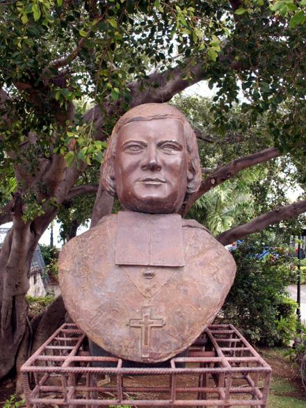 Buste Alexandre Monnet parvis cathédrale de Saint-Denis