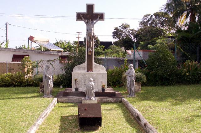 Calvaire et pierre tombale église de Saint-Philippe