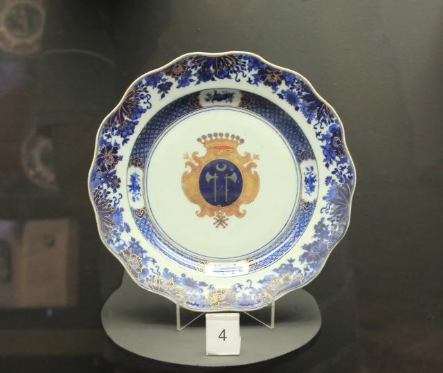 Porcelaine : Plat au musée de villèle.
