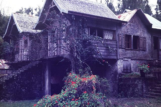 Photos cirque de salazie gros plan sur la maison en - La maison de la poule ...
