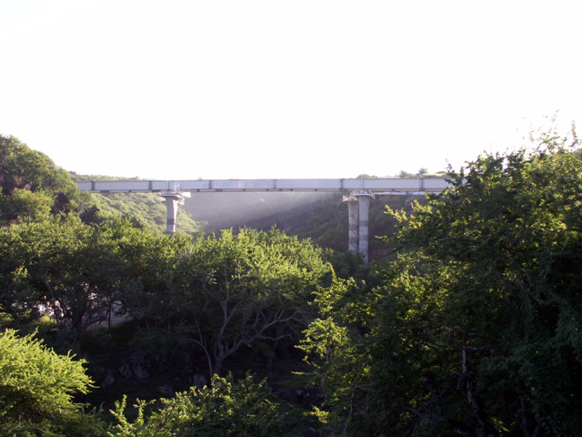 Pont Ravine des Avirons Photo du 26 mai 2006.