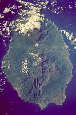 Superficie de La Réunion 2 512 km2.