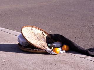 offrandes sur le bord d'une route