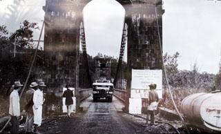 Ancienne photo du Pont suspendu de la Rivière de l'Est