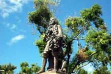 Place du Gouvernement statue Mahé de La Bourdonnais Saint-Denis de La Réunion.