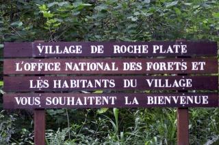 Entrée du village de Roche Plate.